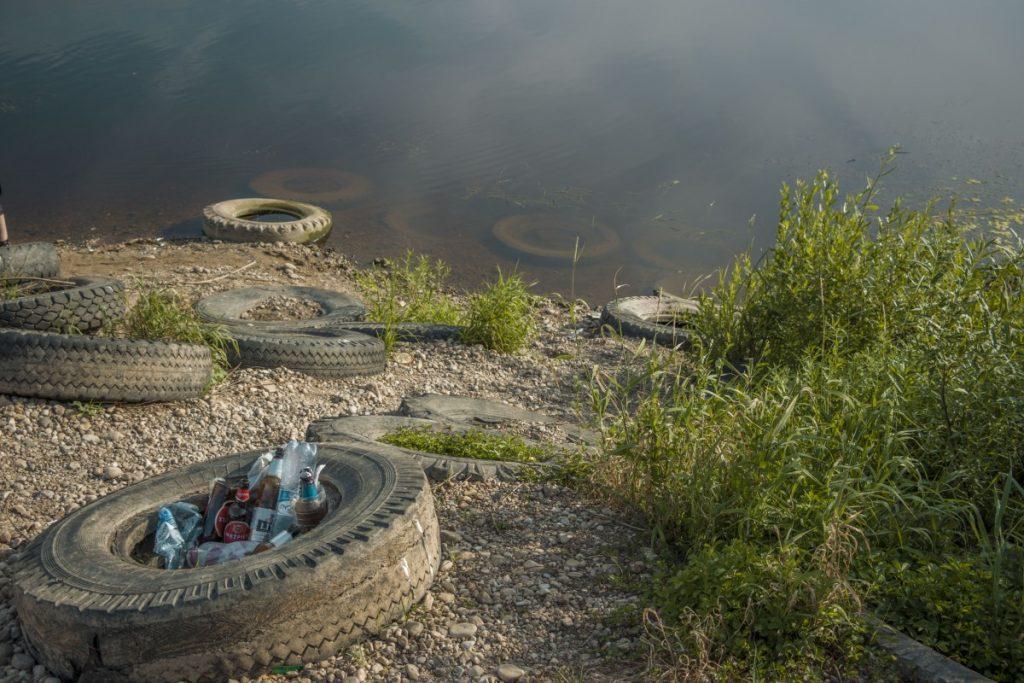 Покрышки на берегу Даугавы в Даугавпилсе (Ругели). Июль, 2021 года. Фото: Евгений Ратков