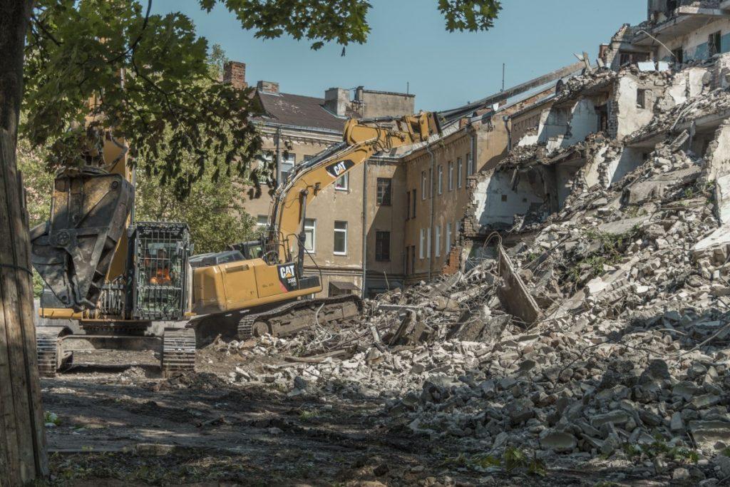 Сносят здание бывшего общежития ЛРЗ в Даугавпилсе. 9 июля 2021 года. Фото: Евгений Ратков