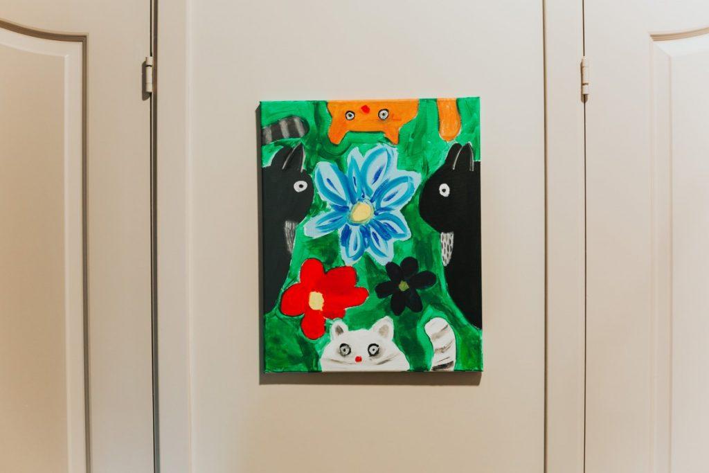 Картины Стефании Цветковой в автомастерской Autostils D. Фото: Ирина Маскаленко