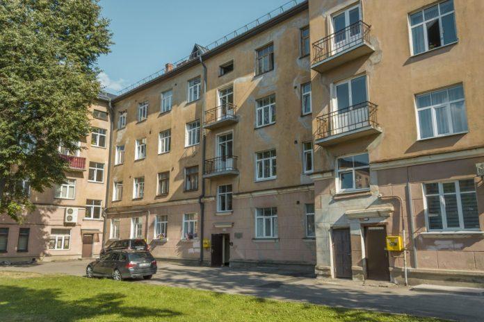 В одной из квартир дома по адресу ул. Имантас, 11 умерла пожилая женщина, но обнаружилось это не сразу, а только когда по дому распространился запах... Фото: Евгений Ратков