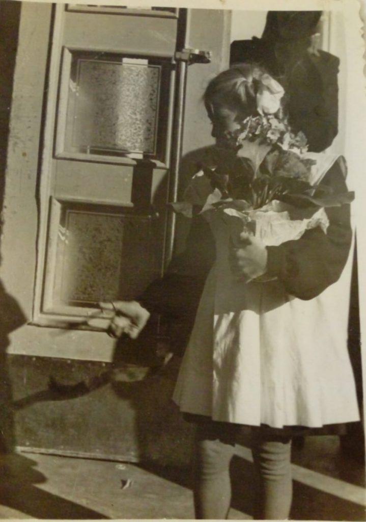 Лучшая ученица Тамара перерезает ленточку, 1 сентября 1954 года. Фото из личного архива Тамары Дорофеевой