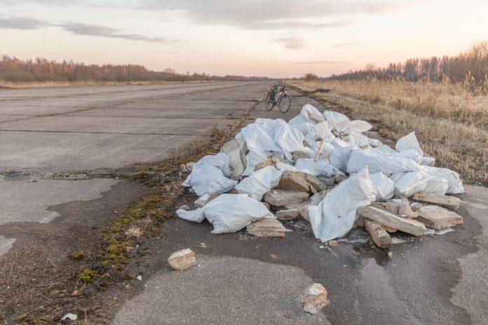 Бывшая основная взлётная полоса бывшего Даугавпилсского аэропорта. Апрель 2021 года. Фото: Евгений Ратков