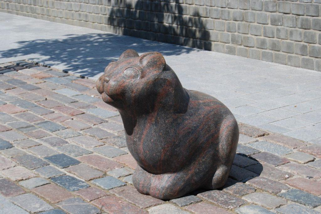 Скульптура кота появилась на улице Ригас в июне 2011 года. Фото Елены Иванцовой