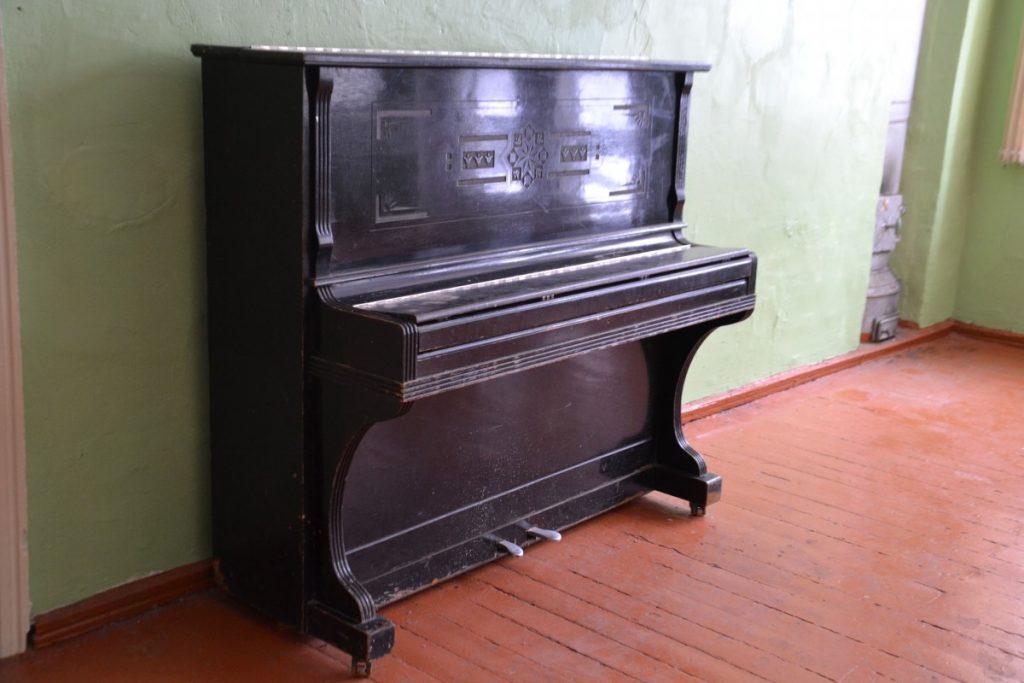 """В зале бывшей Межциемской школы до сих пор стоит пианино """"Украина"""". Июль 2021 года. Фото: Елена Иванцова"""