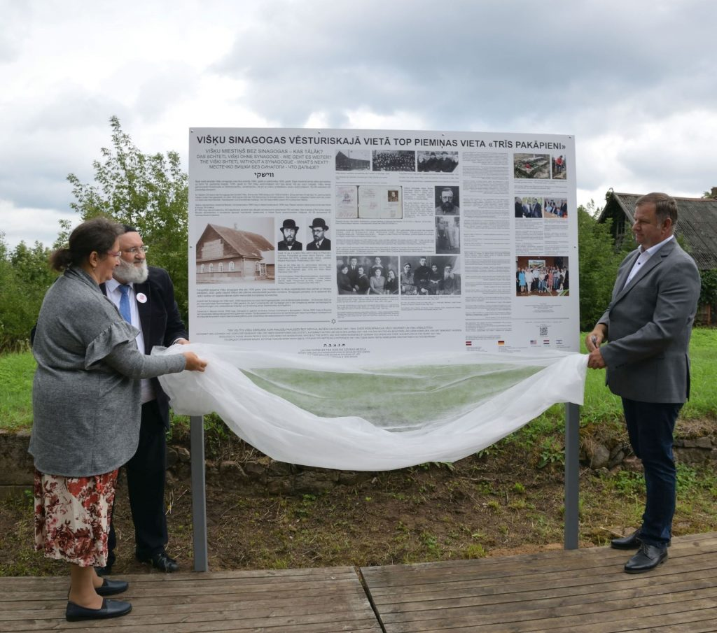 Открытие стенда в Вишках. Фото самоуправления Аугшдаугавского края