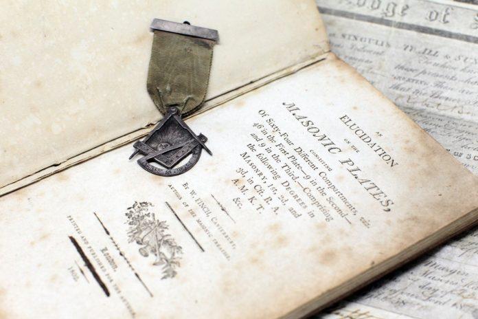 Редкая книга и знак архитектора из коллекции музея. Фото: Masonic Museum Latvia