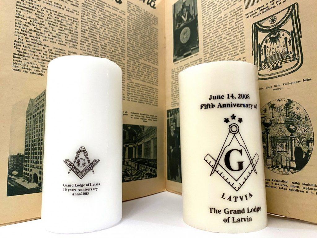 Свечи современной масонской ложи Латвии на фоне латышской газеты Laikmets 1942 года, на страницах которой велась кампания очернения масонства. Фото: Masonic Museum Latvia