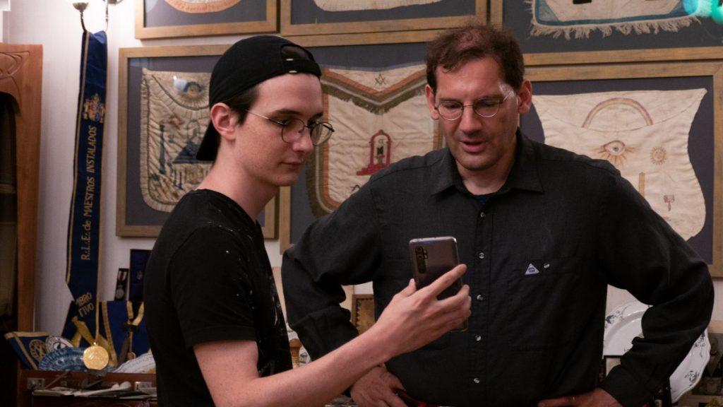 Сын основателя музея Даниил Рубахин показывает Штефану Мелле масонские артефакты. Фото: Masonic Museum Latvia