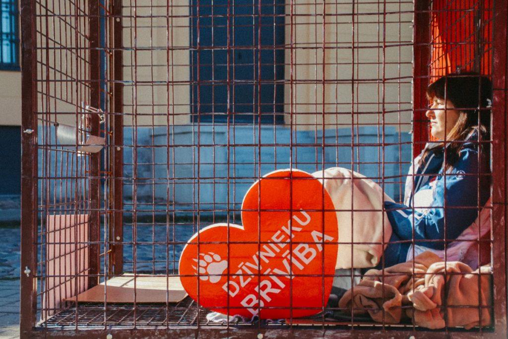 """Акция """"Месяц в клетке"""". Рига, 18 сентября 2021 года. Фото: Настя Гавриленко"""