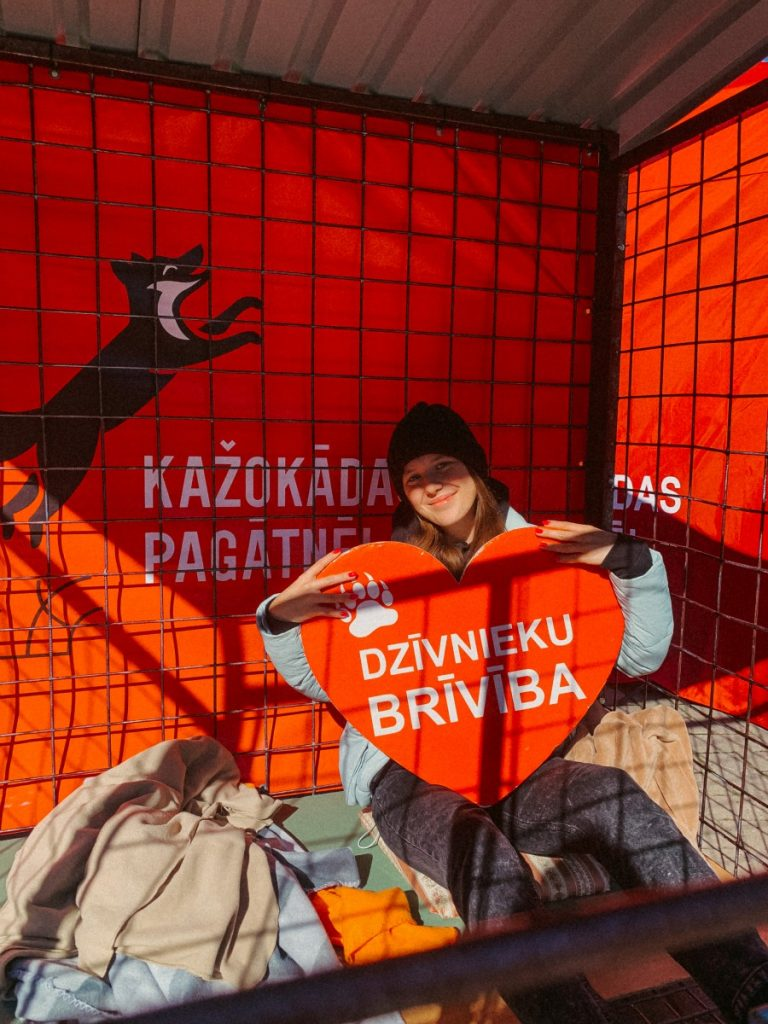 """Журналист """"Чайки"""" Настя Гавриленко участвует в акции """"Месяц в клетке"""". Рига, 18 сентября 2021 года"""