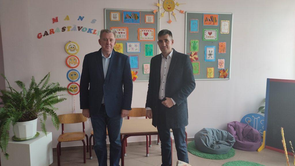 Директор Медумской школы Эрик Лукманс и Сергей Галавецкий. Фото: Алина Долинда