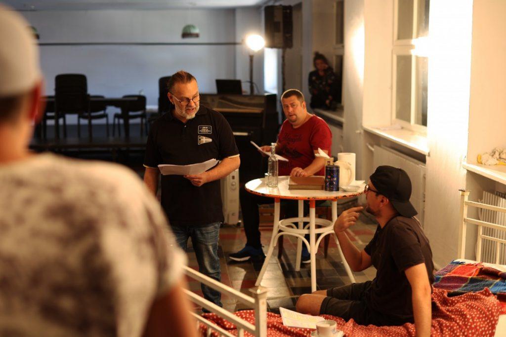 """Репетиция спектакля """"Тёмные олени"""" в Даугавпилсском театре. Фото: Джейна Саулите"""